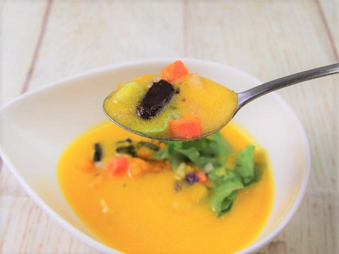 スプーンですくった「食べる冷製ソイポタージュかぼちゃと6種野菜」の画像