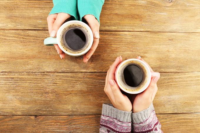 コーヒーを手にする