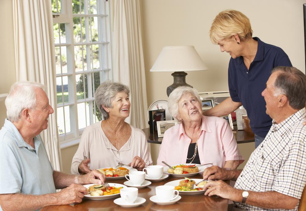 高齢者が食事中