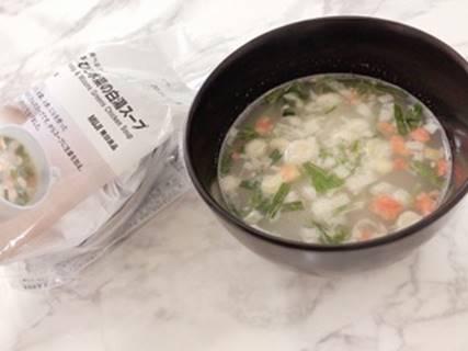 器に入れた水菜と白湯スープ