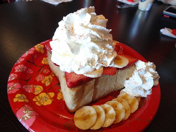 トーストパフェはフルーツたっぷりでモコモコのクリームがタップリ