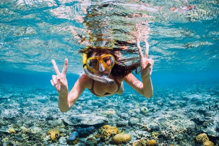ダイビング中の女性