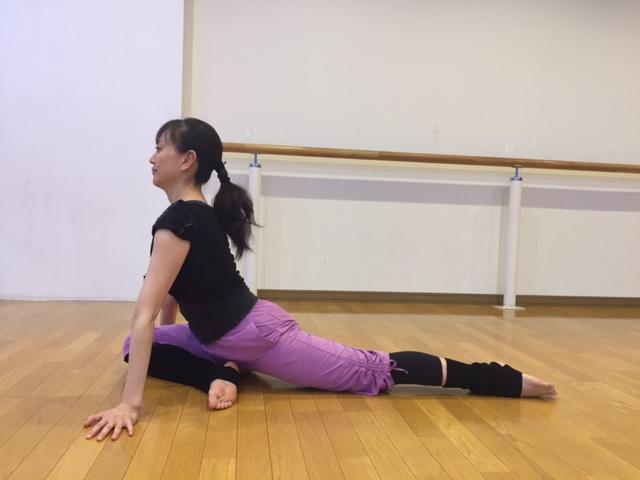 右ひざを曲げて左脚を後方へ伸ばす