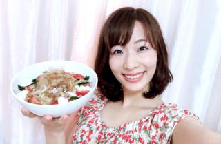 ヘルシーサラダを片手に持つ佐藤晴菜さん