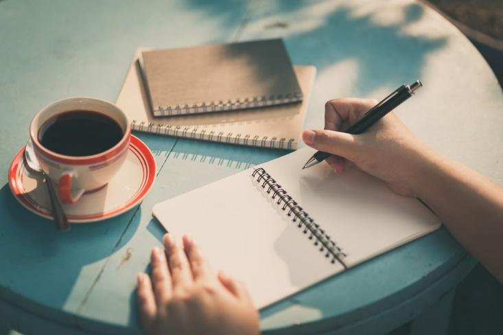 カフェでノートを書く