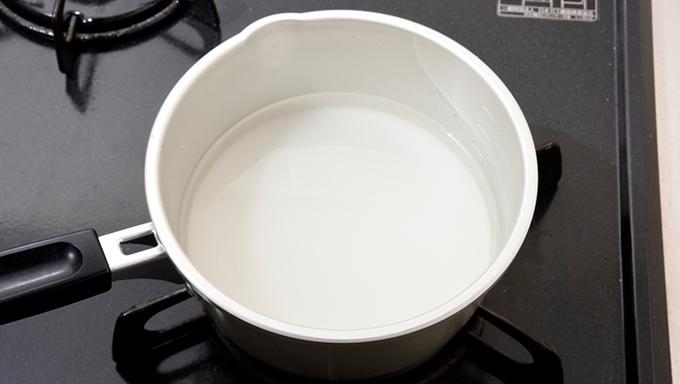 水と砂糖を鍋に入れて火にかけ、砂糖を溶かす。