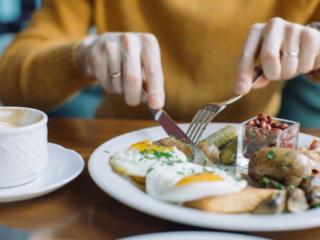 朝食を食べる様子