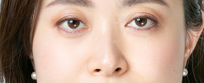 チークの入っている女性の顔(上半分)の画像