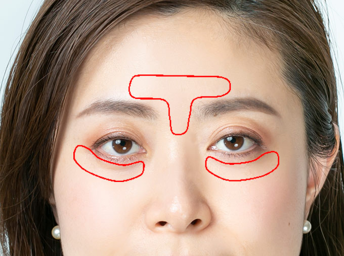 Tゾーンと目の下に赤い印が入っている女性の顔(上半分)の画像