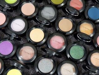 《M·A·C》アイコニックな高発色アイシャドウ「スモール アイシャドウ」新色が10/4〜発売!3つの質感を楽しめる全36色のスウォッチをご紹介