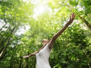 自然の中で解放感を感じる女性
