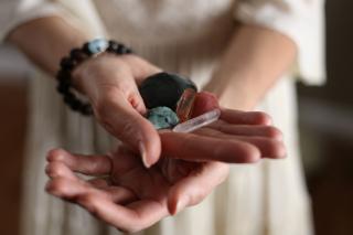 手に石を持っている写真