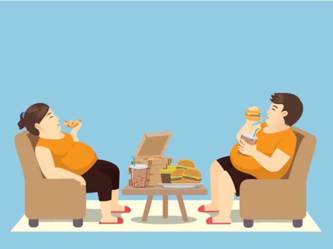 食べ過ぎてメタボになっている女性