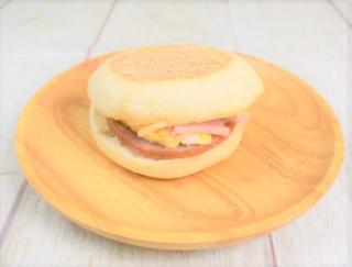 バター風味の新ソースが100点満点! もちもち食感の「ソーセージエッグマフィン」(ファミリーマート)