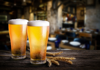 机に置かれたビールの画像