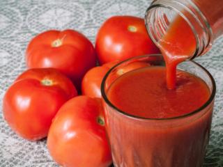 トマトジュースを注いだグラス