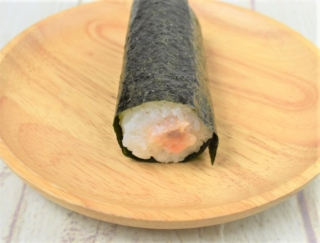 なめらかチーズがおいしすぎる…◎ 濃厚テイストを味わえるファミマの「手巻寿司 サーモンとクリームチーズ」