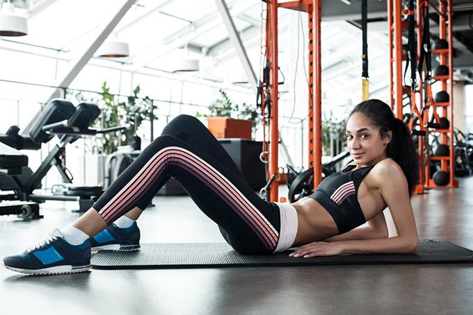 ジムでトレーニングをしている女性の画像