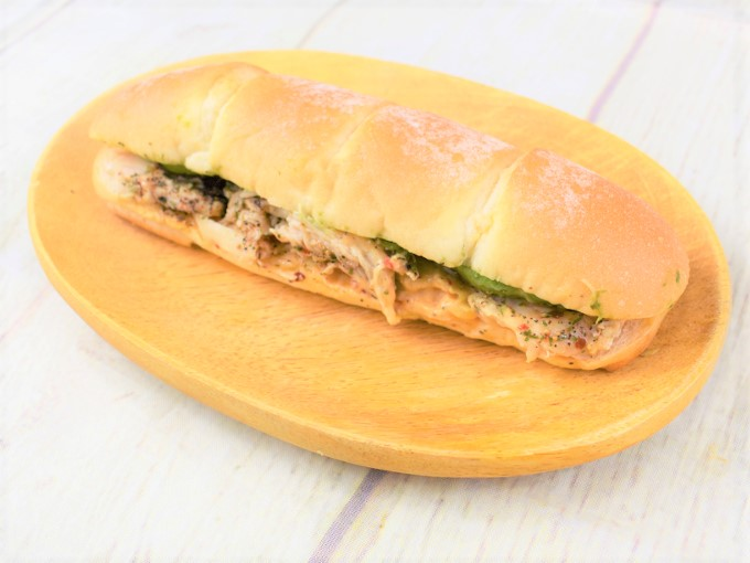 お皿に移した「アボカド&サラダチキン(コブソース)」の画像