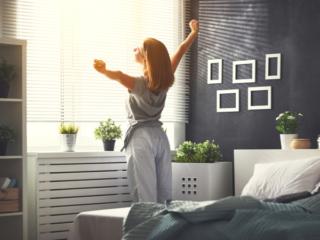 朝日を浴びる女性の画像