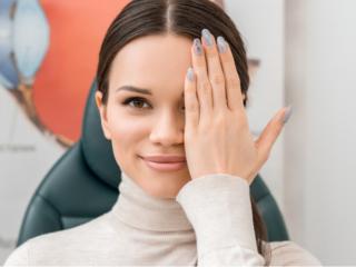 視力を検査する女性の画像