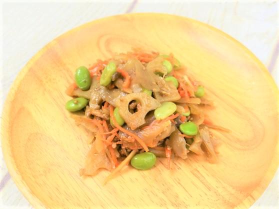 お皿に盛った「蓮根とごぼうのシャキシャキサラダ」の画像