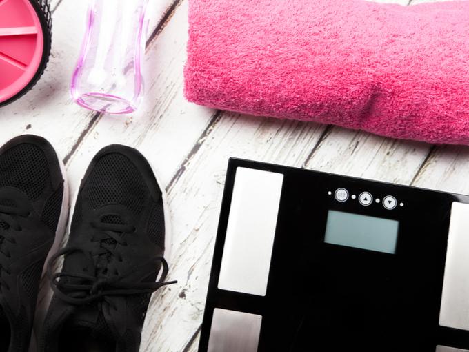体重計に乗る女性の画像