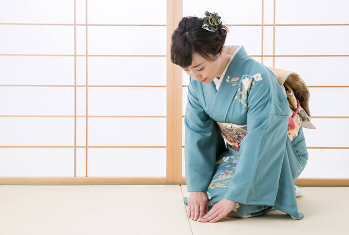 着物を着た女性が挨拶している画像