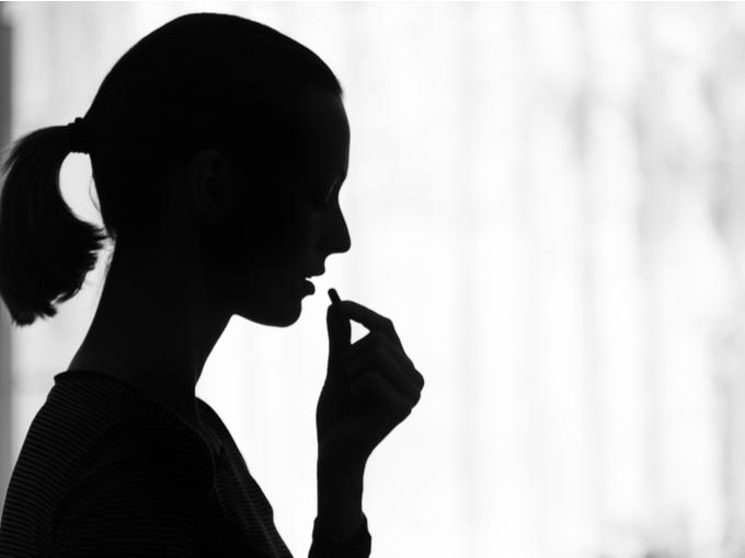 抗うつ薬を服用する女性