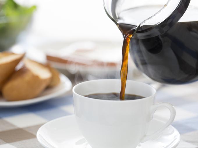 朝食でカップにコーヒーを注ぐ様子