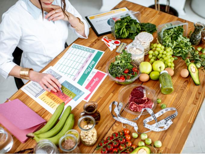 健康によい献立を組み立て、ダイエット計画をつくる栄養士