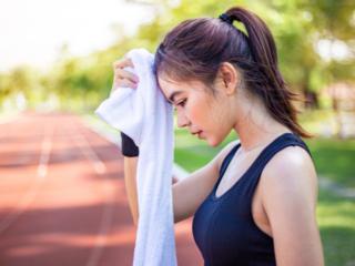 走り終わった後、汗を拭く女性