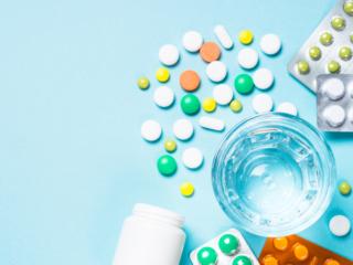 複数の抗菌薬が散らばっている様子