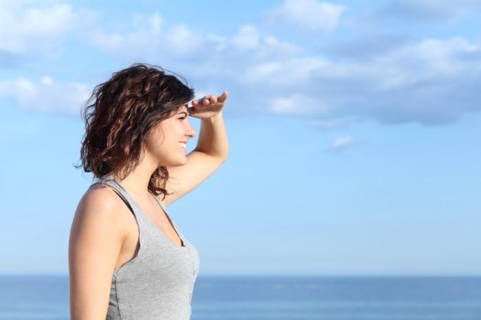 海をながめる女性の画像