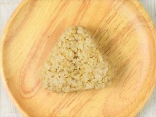 皿に乗った「玄米おむすび たらこ昆布」の画像