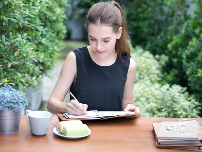 女性が日記を記入している画像