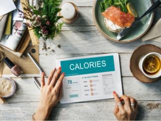 食材のカロリーを計算している画像