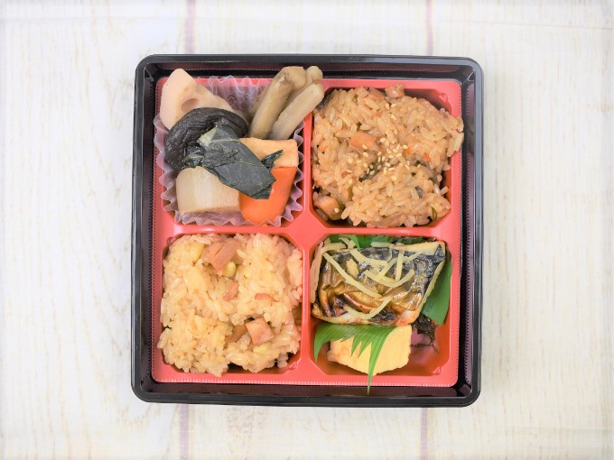 上から見た「2種のおこわ弁当(阿波尾鶏と栗)」の画像