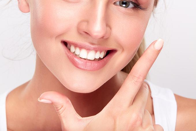 歯を見せて笑っている女性の画像
