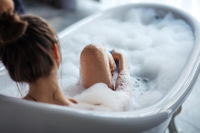 泡風呂に浸かっている女性の画像