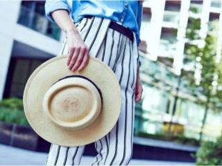 帽子を持つ女性