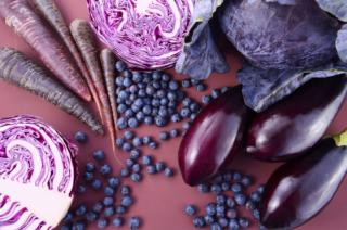さまざまな紫色食材が並んだ画像