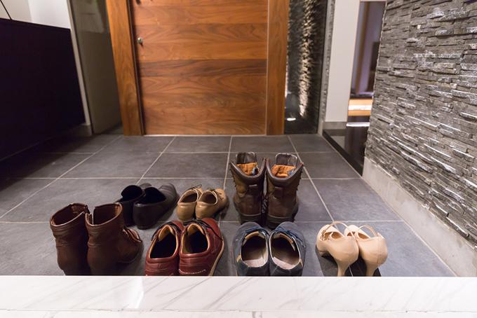 玄関に様々な種類の靴が並んでいる画像