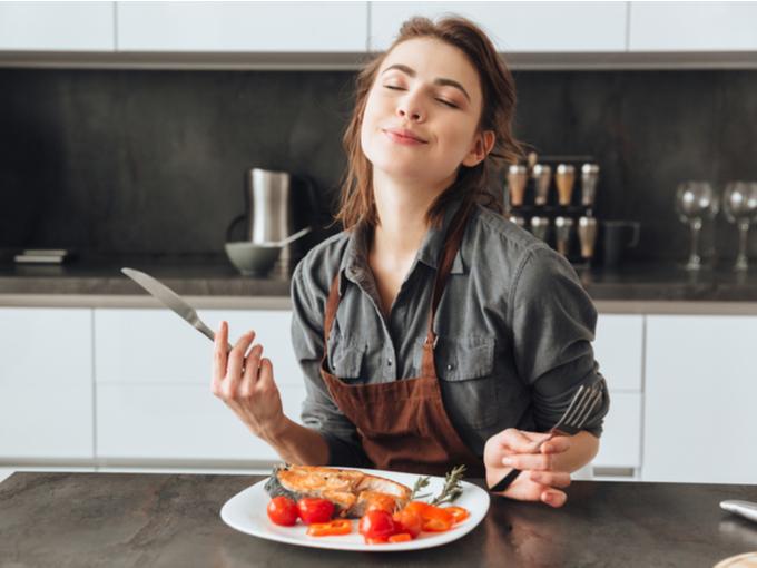メインの魚料理を食べる女性