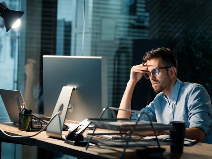 仕事に没頭し、緊張感を持つ男性