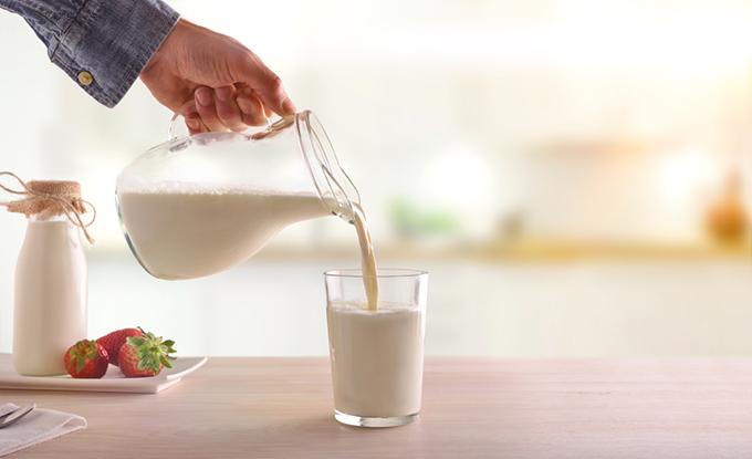 コップに牛乳を注いでいる画像