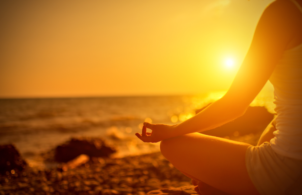 瞑想している女性の写真