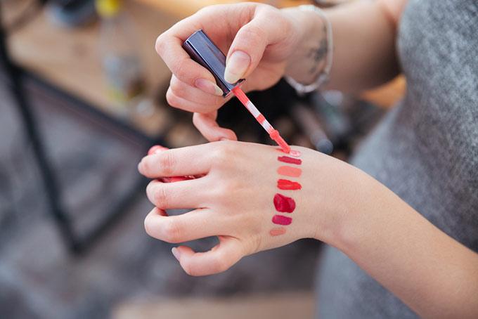いろいろなリップを試し塗りしている女性の手元の画像