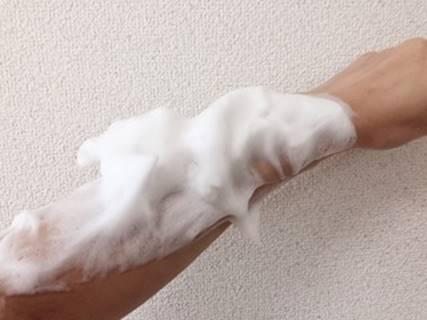 ボディソープで腕を洗う