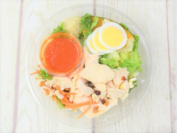 蓋を開けた「1食分のプロテインサラダ(人参ドレッシング)」の画像